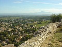 Ruines du Castellas - Français:   Vue depuis le Castellas de Saint-Victor la Coste (30290) sur le village ainsi que les Préalpes du Sud au fond (Montagne de l\'Aup, Mont Ventoux).