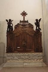 Ancienne abbaye Saint-Aphrodise - Français:   Intérieur de la basilique Saint-Aphrodise de Béziers: baptistère dont la cuve est constituée d\'un sarcophage gallo-romain, le couvercle en bois sculpté étant du XVIIIe siècle.
