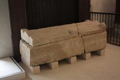 Ancienne abbaye Saint-Aphrodise - Français:   Intérieur de la Basilique Saint-Aphrodise de Béziers: Sarcophage