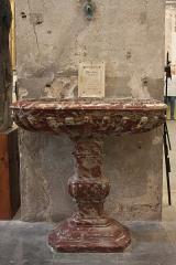 Ancienne abbaye Saint-Aphrodise - Français:   Intérieur de la Basilique Saint-Aphrodise de Béziers: Bénitier du 18e siècle.