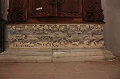 Ancienne abbaye Saint-Aphrodise - Français:   Intérieur de la Basilique Saint-Aphrodise de Béziers: Ancien sarcophage en marbre blanc transformé en baptistère. Représente une chasse aux lions.