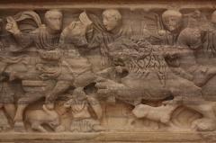 Ancienne abbaye Saint-Aphrodise - Français:   Intérieur de la Basilique Saint-Aphrodise de Béziers: Ancien sarcophage en marbre blanc transformé en baptistère. Détail de la chasse aux lions.