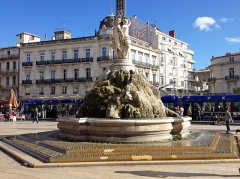 Fontaine des Trois Grâces - English: The  Fontaine des Trois Grâces on the Place de la Comédie, Montpellier, France. In the background, a tram of Montpellier Line 1.