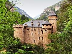 Château de la Caze - Français:   Laval-du-Tarn, Languedoc-Roussillon (France) - Le château de La Caze, un jour de pluie, près du village de Saint-Chely-du-Tarn, dans les Gorges du Tarn