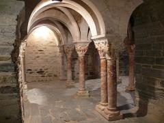 Abbaye de Serrabona - Vue intérieure de la tribune, avec ses colonnes en marbre et ses chapiteaux ornés