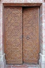 Citadelle -  Porte sculptée de la chapelle supérieure, consacrée à la Sainte-Croix et située dans la cour d'honneur  Le décor de la porte est inspiré par l'art de l'Islam  Le palais des rois de Majorque (Mallorca) est un palais-forteresse de style gothique.  Construit dans le dernier quart du XIIIème siècle par le roi Jaume II qui s'installe à Perpignan en 1276, sa construction s'achève à l'orée du XIVème siècle.  Entouré de jardins, il s'élève sur une colline au sud de la ville de Perpignen, le