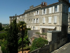 Remparts - English: Rich houses along the southern city wall of Angoulême, France