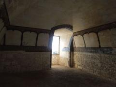 Château - Deutsch: Château de Bouteville, Raum mit Deckengewölbe im Untergeschoss des Palas