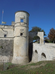 Château - Deutsch: Château de Bouteville: Turm und Brücke an der Nordostecke