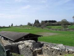 Restes d'un amphithéâtre - Français:   Les thermes gallo-romains de Chassenon à Cassinomagus, commune de Chassenon, Charente, France S-O. Bâtiment abritant la galerie qui marque la périphérie sur le côté nord du complexe thermal. Ce bâtiment est orienté Est-Ouest. Vue vers l\'ouest-nord-ouest. On aperçoit en arrière-plan tout à fait sur la gauche, une partie de la rehaussée du temple de Montélu.