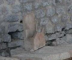 Restes d'un amphithéâtre - Français:   Cassinomagus, commune de Chassenon, Charente, France S-O. Gros fragment de tubulus qui a servi à transporter de l\'air chaud - soit pour le répartir, soit pour l\'évacuer. (Ce tubulus ne porte pas de traces noires de fumée à l\'intérieur, il n\'a donc pas servi à évacuer les fumées d\'un four.) Thermes classés MH.       This building is indexed in the base Mérimée, a database of architectural heritage maintained by the French Ministry of Culture,under the reference PA00104286 .  беларуская (тарашкевіца)  বাংলা  brezhoneg  català  Deutsch  Ελληνικά  English  Esperanto  español  euskara  suomi  français  magyar  italiano  日本語  македонски  Nederlands  português  português do Brasil  română  русский  sicilianu  svenska  українська  العربيَّة  +/−