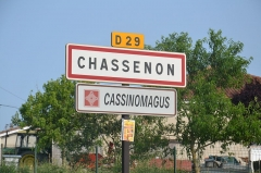 Vestiges de la villa gallo-romaine de Cassinomagus - Français:   Panneau bilingue français/latin de Chassenon/Cassinomagus (Charente, France)