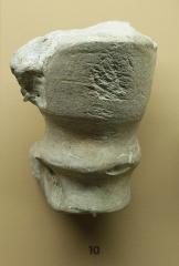 Gisement paléolithique dénommé Gisement de la Quina - Français:   Retouchoir en os ( extrémité distale d\'un humérus de bovidé ), outil utilisé pour retoucher les éclats de silex, et portant des marques d\'utilisation transversales. Paléolithique Moyen. Provient de la Quina, à Gardes-le-Pontaroux ( Charente ). Musée d\'archéologie nationale, à Saint-Germain-en-Laye.