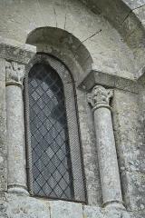 Eglise Saint-Denis - Deutsch: Katholische Kirche Saint-Denis in Lichères im Département Charente (Nouvelle-Aquitaine/Frankreich), Fenster mit Säulen und Kapitellen