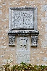 Halles - Français:   Cadran solaire surmontant des armoiries (1627) martelées par la suite. Villebois-Lavalette, Charente, France.