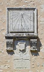 Halles - Français:   Cadran solaire avec armoiries martelées, Villebois-Lavalette, Charente, France.