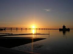 Fort du Chapus -  Pont de l'Île d'Oléron (Charente Maritime). Vue générale embrassant l'ensemble du Coureau d'Oléron, séparant l'île du continent. Au second plan, le Fort du Chapus.  Crédit: Office de Tourisme de Bourcefranc