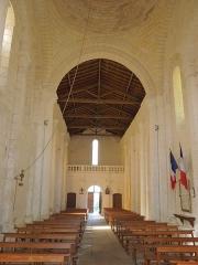 Eglise Saint-Pierre - Deutsch: Blick vom Altar zum Portal der katholischen Pfarrkirche Saint-Pierre in Échebrune; beachte das Glockenseil links