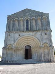 Eglise Saint-Pierre - Deutsch: Die Westfassade der katholischen Pfarrkirche Saint-Pierre in Échebrune