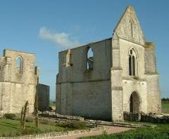Ancienne abbaye Notre-Dame de Ré, dite des Châteliers -  Abbaye Notre Dame de Ré dite des Châteliers: vue d'ensemble du nord, avec en premier plan les restes du cloître (La Flotte, Ile de Ré, Charente Maritime, France)