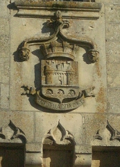 Château - English:   Heraldry on top of the castle gate in Jonzac. The caption  \