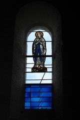 Eglise Saint-Herie - Deutsch: Katholische Kirche St-Hérie in Matha im Département Charente-Maritime (Nouvelle-Aquitaine/Frankreich), Bleiglasfenster