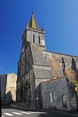 Eglise Saint-Pierre - Deutsch: St-Pierre de Pont-l'Abbé-d'Arnoult (17), Fassade und Turm von S-W
