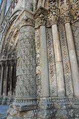 Eglise Saint-Pierre - Deutsch: St-Pierre de Pont-l'Abbé-d'Arnoult (17), Säulenreihe, links vom rechten Scheinportal
