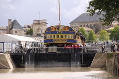 Formes de radoub de l'arsenal - Français:   Le bateau-porte de la forme de radoub Louis XV ferme l\' entrée de la cale sèche. Rochefort-sur-Mer, Charente Maritime, France.