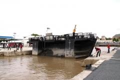 Formes de radoub de l'arsenal - Français:   La frégate L\' hermione est sortie de la forme de radoub Louis XV. Le bateau-porte est ramené à l\' entrée de la cale. Rochefort-sur-Mer, Charente Maritime, France.