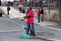 Formes de radoub de l'arsenal - Français:   Les bénévoles qui manoeuvrent le bateau-porte depuis le quai. Rochefort-sur-Mer, Charente Maritime, France.