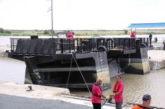 Formes de radoub de l'arsenal - Français:   Le bateau-porte est positionné en face de ses rainures et ensuite descendu dans l\' eau pour fermer la forme de radoub qui sera vidée. Rochefort-sur-Mer, Charente Maritime, France.