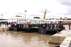 Formes de radoub de l'arsenal - Français:   Le bateau-porte complètement descendu dans l\' eau. Rochefort-sur-Mer, Charente Maritime, France.