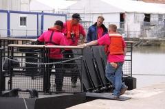 Formes de radoub de l'arsenal - Des bénévoles sur le bateau-porte complètement descendu dans l' eau. Rochefort-sur-Mer, Charente Maritime, France.