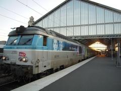"""Gare -  Le corail Intercités Quimper-Bordeaux appartiendra peut-être bientôt à un passé révolu, et avec ses lui, ses vieilles locomotives BB 67400, nées au moment où l'homme a posé le pied sur la Lune.  Plusieurs d'entre elles, à bout, hors d'âge, grillent chaque été sur la ligne: un symbole de l'état de dégradation avancée de l'offre Intercités en France.  La BB 67419 a été mise en service le 25 mars 1970.  La livrée """"en voyage"""" apparaît en 2002. Elle est destinée en premier lieu au matériel moteur grandes lignes, puis est étendue aux TER et au matériel de traction de la banlieue parisienne."""