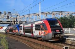 Gare -  L'X 73809 en livrée Poitou-Charentes spéciale panneaux photovoltaïques arrive en gare de La Rochelle-Ville avec un autre X 73500.