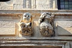 Maison - Deutsch: La Rochelle, noch zwei Büsten
