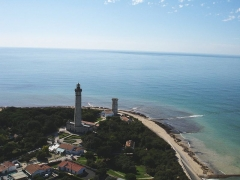Vieux Phare des Baleines et phare des Baleineaux - English:   Aerial view of the Phare and Tour des Baleines, Ile de Ré, Charentes Maritimes, France. This photo was taken from a kite-lifted camera.