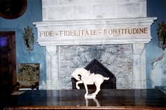 Château de la Rochecourbon - Français:   Salle Louis XIII du Château de la Roche-Courbon. Sur le linteau de la cheminée en pierre, on peut lire la devise de la famille des Courbon \