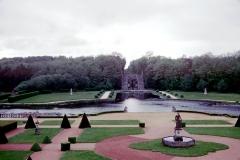Château de la Rochecourbon - Français:   Les jardins, le bassin, l\'escalier d\'eau monumental et la fôret du Château de la Roche-Courbon.     Château de la Roche-Courbon, Saint-Porchaire, Charente-Maritime, France.