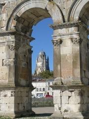 Arc de Triomphe - Français:   Arc de Germanicus et cathédrale St-Pierre, Saintes, Charente-Maritime, France