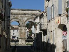 Arc de Triomphe - Français:   Ancienne rue romaine dans l\'alignement de l\'Arc de Germanicus et la voie d\'Agrippa, Saintes, Charente-Maritime, France