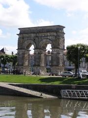 Arc de Triomphe - Deutsch:   Saintes, Germanicus-Bogen am Ufer der Charente