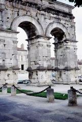 Arc de Triomphe - Français:   les arches de l\'Arc de Germanicus à Saintes vues de près.     Saintes, Charente-Maritime, France.
