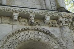 Eglise Notre-Dame - Deutsch: Katholische Kirche Notre-Dame-de-l'Assomption in Surgères im Département Charente-Maritime (Nouvelle-Aquitaine/Frankreich), Kragsteine an der Portalfassade