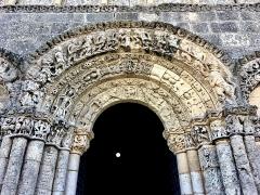 Eglise Sainte-Radegonde - Détail du portique de la Façade Nord de l'église Sainte-Radegonde de Talmont-sur-Gironde édifiée sur une falaise surplombant l'estuaire de la Gironde. Cette église est parfois considérée comme l'archétype du style roman saintongeais.