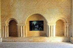Ruines de l'ancienne abbaye - Deutsch: Benediktinerabtei von Trizay, Refektorium, roman. Blendarkaden u. Mauerverband