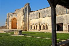 Ruines de l'ancienne abbaye - Deutsch: Abtei Trizay, Hof, ehemaliger Kreuzgang