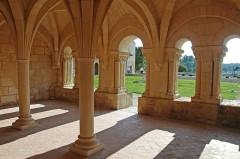 Ruines de l'ancienne abbaye - Deutsch: Abtei Trizay, Kapitelsaal, Fenster von innen