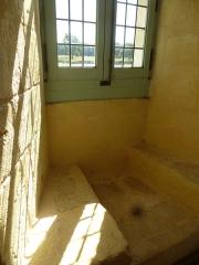 Ruines de l'ancienne abbaye - Français:   Fenêtre dans l\'ancien dortoir des moines. Prieuré de Trizay, Charente-Maritime (17), France, Europe.